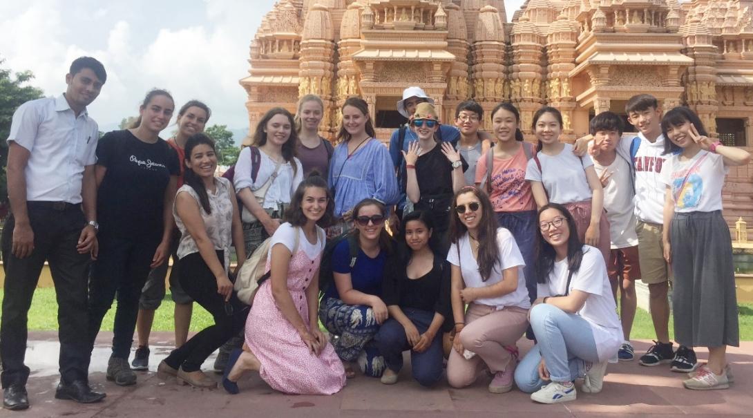 ネパールを冒険する高校生ボランティアたち